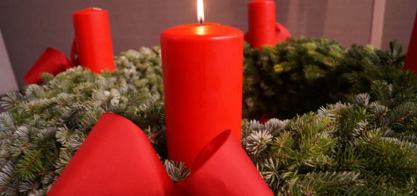 die erste Kerze brennt