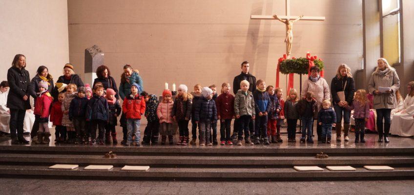 Kinder singen zum ersten Advent
